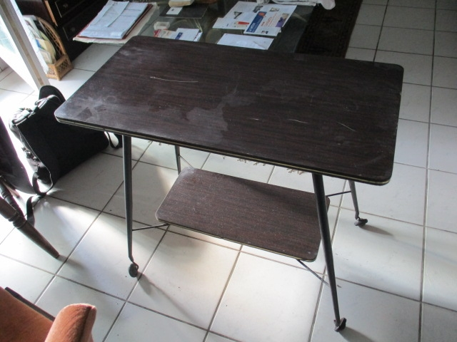 table t l vision ann es 60 sur roulettes luckyfind. Black Bedroom Furniture Sets. Home Design Ideas