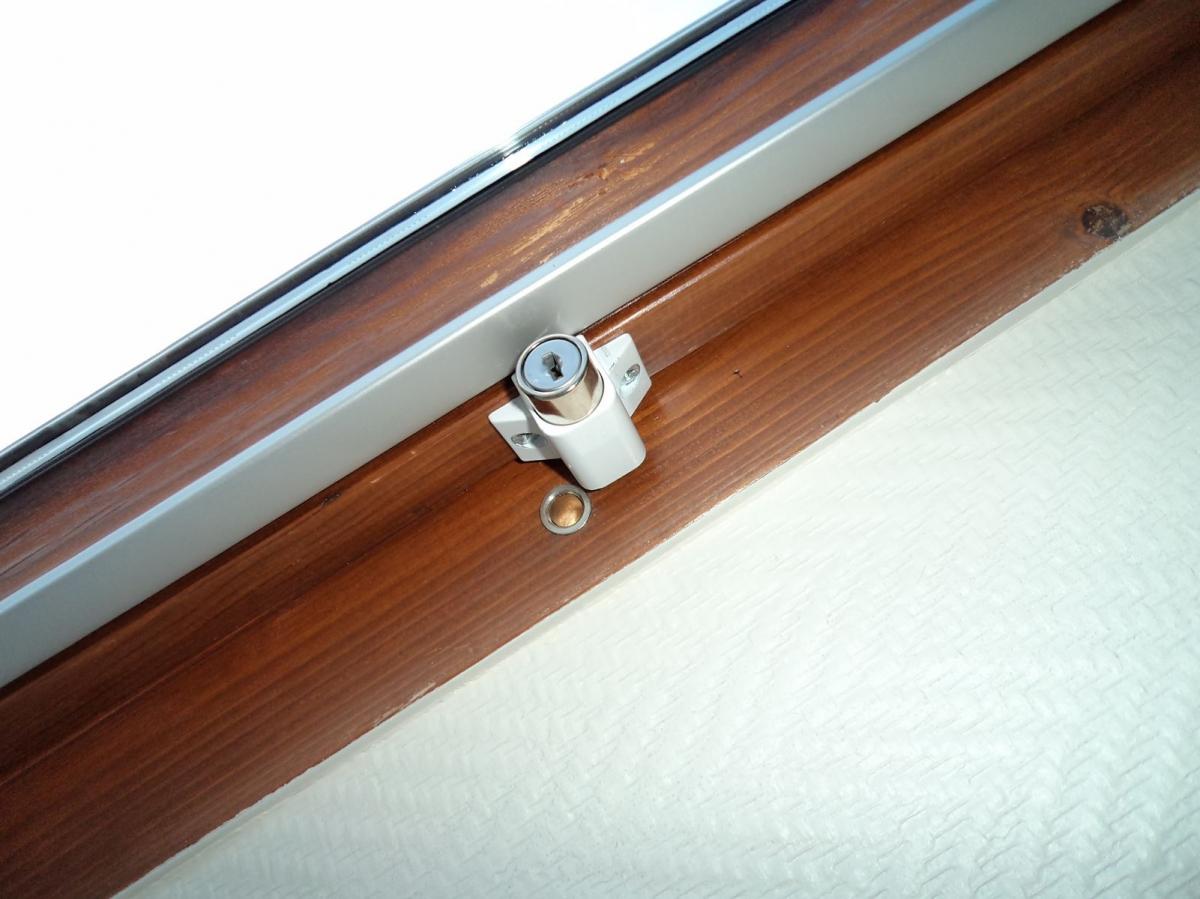 S curit sp ciale pour fen tre de toit type velux et autres s curit enfants couleur blanc - Comment mettre un rideau sur un velux ...