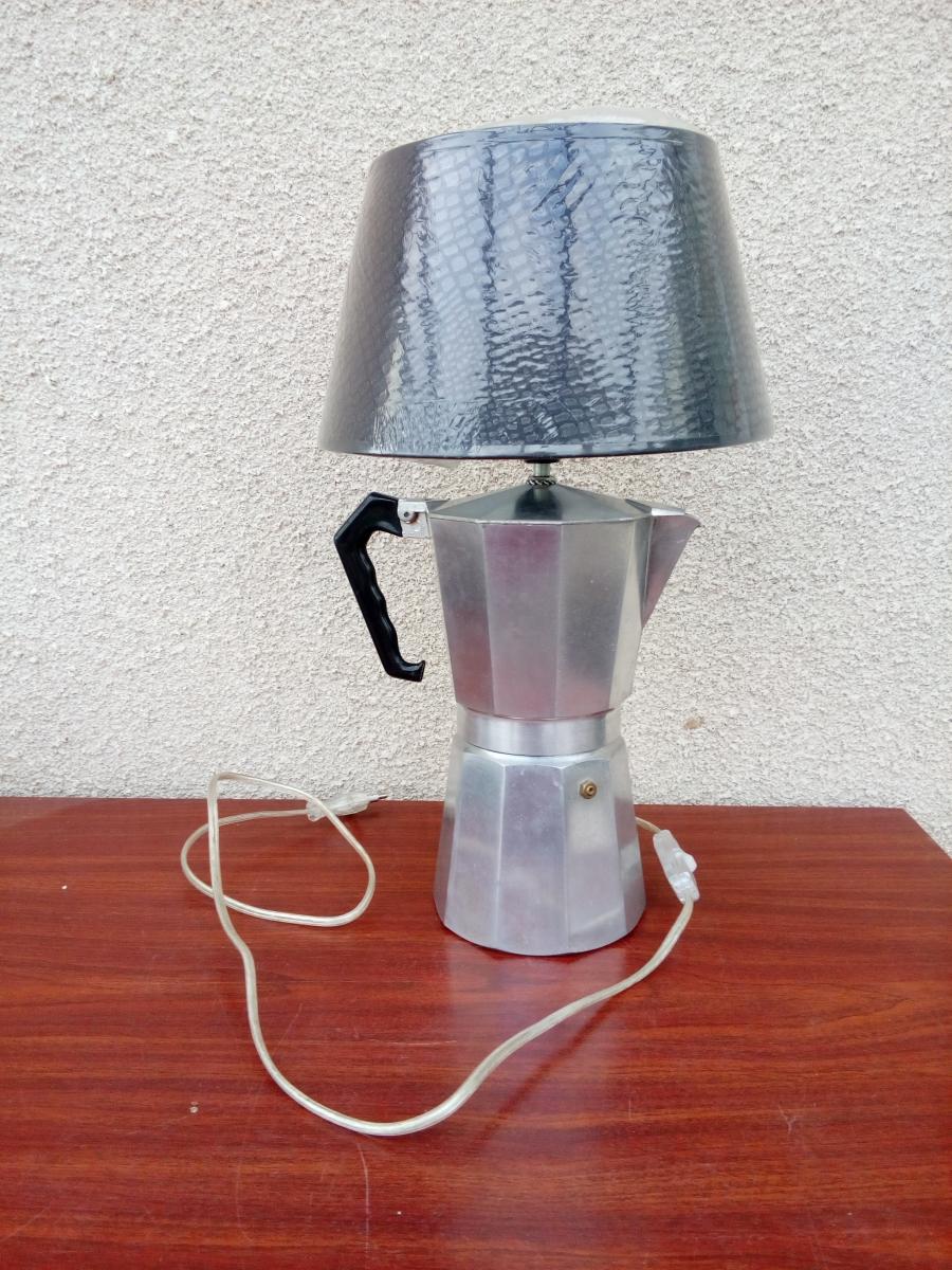 lampe poser lampe de chevet cafeti re italienne d tourn e recycl e en lampe de table. Black Bedroom Furniture Sets. Home Design Ideas