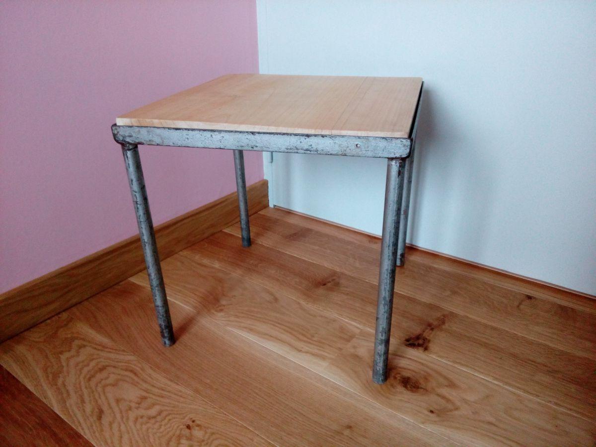 petite table basse carr e ou bout de canap en m tal et bois de style industriel luckyfind. Black Bedroom Furniture Sets. Home Design Ideas