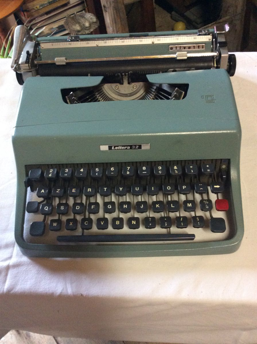 machine ecrire vintage olivetti lettera 32 luckyfind. Black Bedroom Furniture Sets. Home Design Ideas