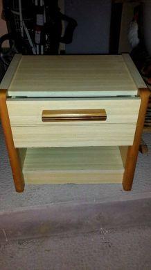 Petit meuble avec un tiroir + 1 rangement.