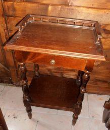 Table de chevet ancienne en bois massif