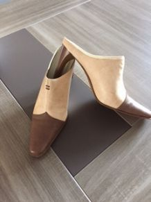 chaussures Mules chocolat et beige d'occasion
