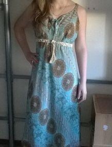 Belle robe longue légère bleue à motifs