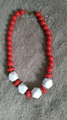 collier  rouge,blanc