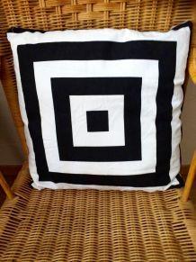 Coussin noir et blanc motifs carrés géométriques