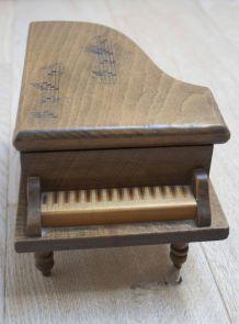 boîte à musique et bijoux en forme de piano