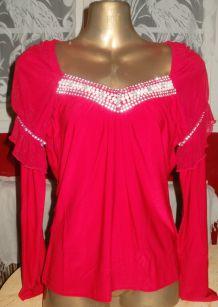 Top fashion rouge col orné de strass