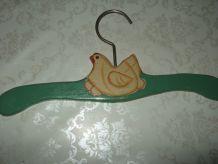 cintre en bois enfant,décor petite poule