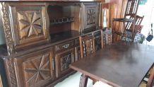 Salle à manger. Table, chaises, buffet.