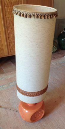 lampe de sol en céramique orange saumoné et abat-jour XXL en tissu