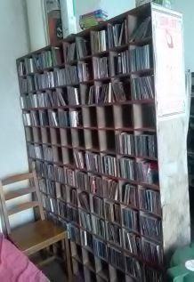 Grand meuble en bois à casiers