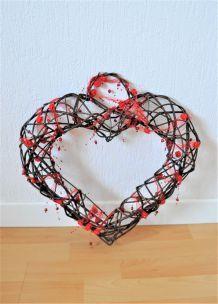 Grand cœur décoratif en bois tressé à suspendre avec ruban et fleurs rouges