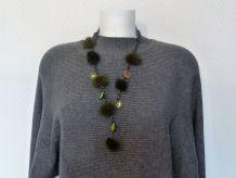 Grand collier maillons gris anthracite et pompons vert kaki et petits miroirs