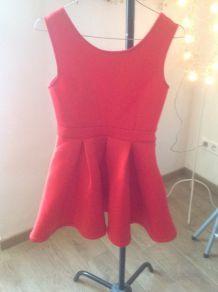 Robe rouge décolletée dans le dos neophrène