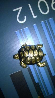 broche en forme de tortue couleur or et noir année 80