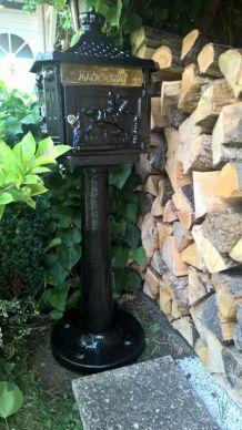 boite aux lettres sur colonne en fonte d'acier