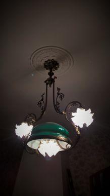 Superbe lustre laiton avec opaline verte et corolles florales