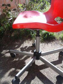 Chaise sur roulette rouge