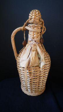 ancienne bouteille dans son étui en osier