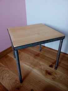 Petite table basse carrée ou bout de canapé, en métal et bois, de style industriel