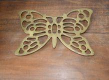 Dessous de plat ancien en fonte forme papillon