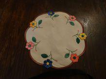 3 Anciens  napperons  brodés main