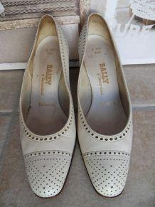 Escarpins vintage en cuir blanc BALLY