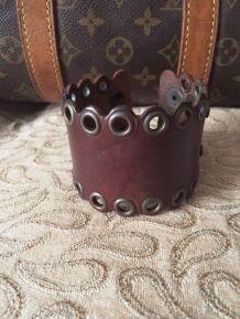 Bracelet en cuir marron d'un créateur artisan