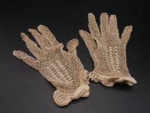 Paire de gants brodés