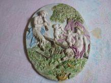 Plaque forme medaillon en biscuit porcelaine 36x27,5cms