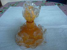 Flacon a parfum en verre orange avec petales