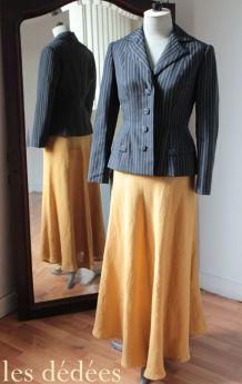 Duo rétro chic : veste courte sur longue jupe en lin