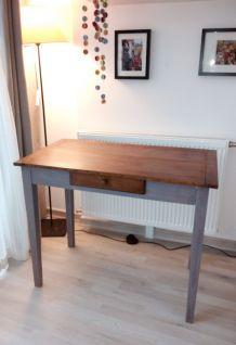 table en bois avec tiroir