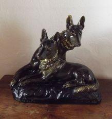 Sculpture chiens en plâtre signée H. Petrilly