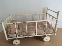Jouet ancien : lit de poupée