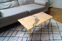 Table basse en marbre rosé et pieds dorés en laiton