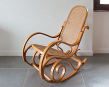 Rocking-chair en bois et cannage