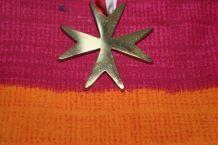 collier bijoux croix de malte effet or