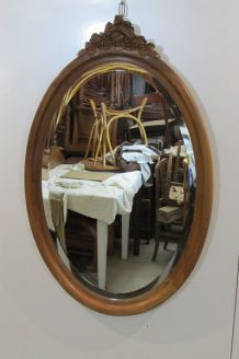 Miroir ovale en noyer blond ancien
