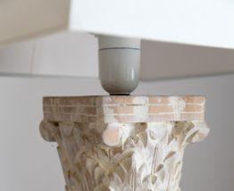 Lampe piètement bois sculpté patiné blanc