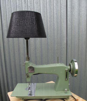 """lampe à poser,  machine à coudre vert amande détournée, recyclée, création luminaire """"haute couture"""" unique par détournement, recyclage"""