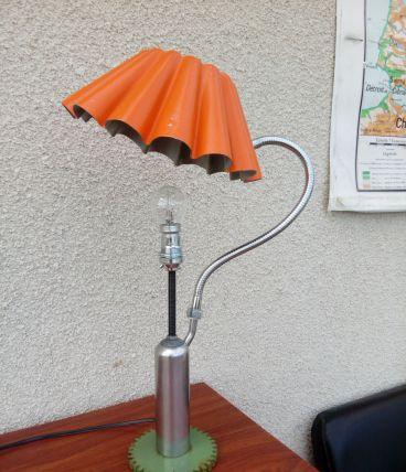 """Lampe de bureau, lampe de chevet, pièce recyclée, détournée, création luminaire unique """"Bonjour mesdames"""" par détournement, recyclage"""