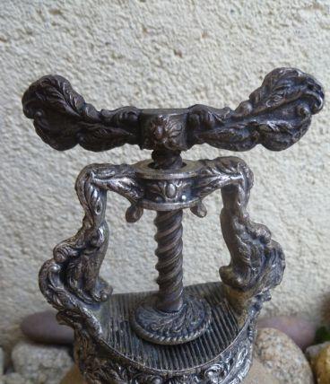 Ancien Casse Noix Style Louis XV en Métal