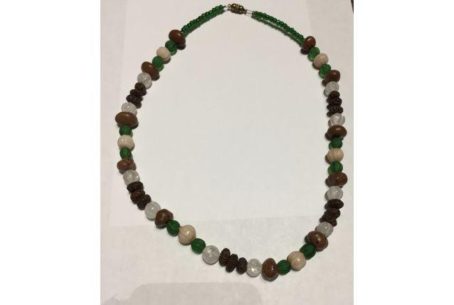 Collier perles de verre et graines de poivrier