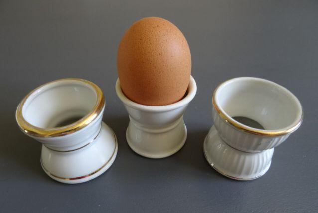 3 coquetiers anciens en porcelaine